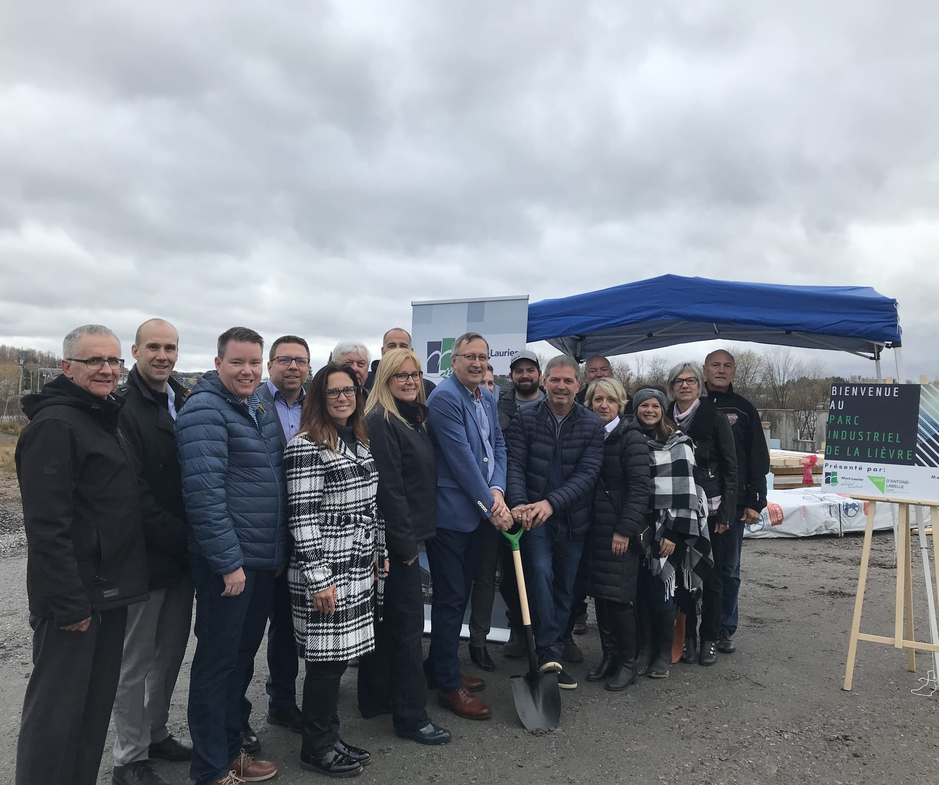 Première pelletée de terre officielle pour accueillir l'entreprise Line-X dans le Parc industriel de la Lièvre