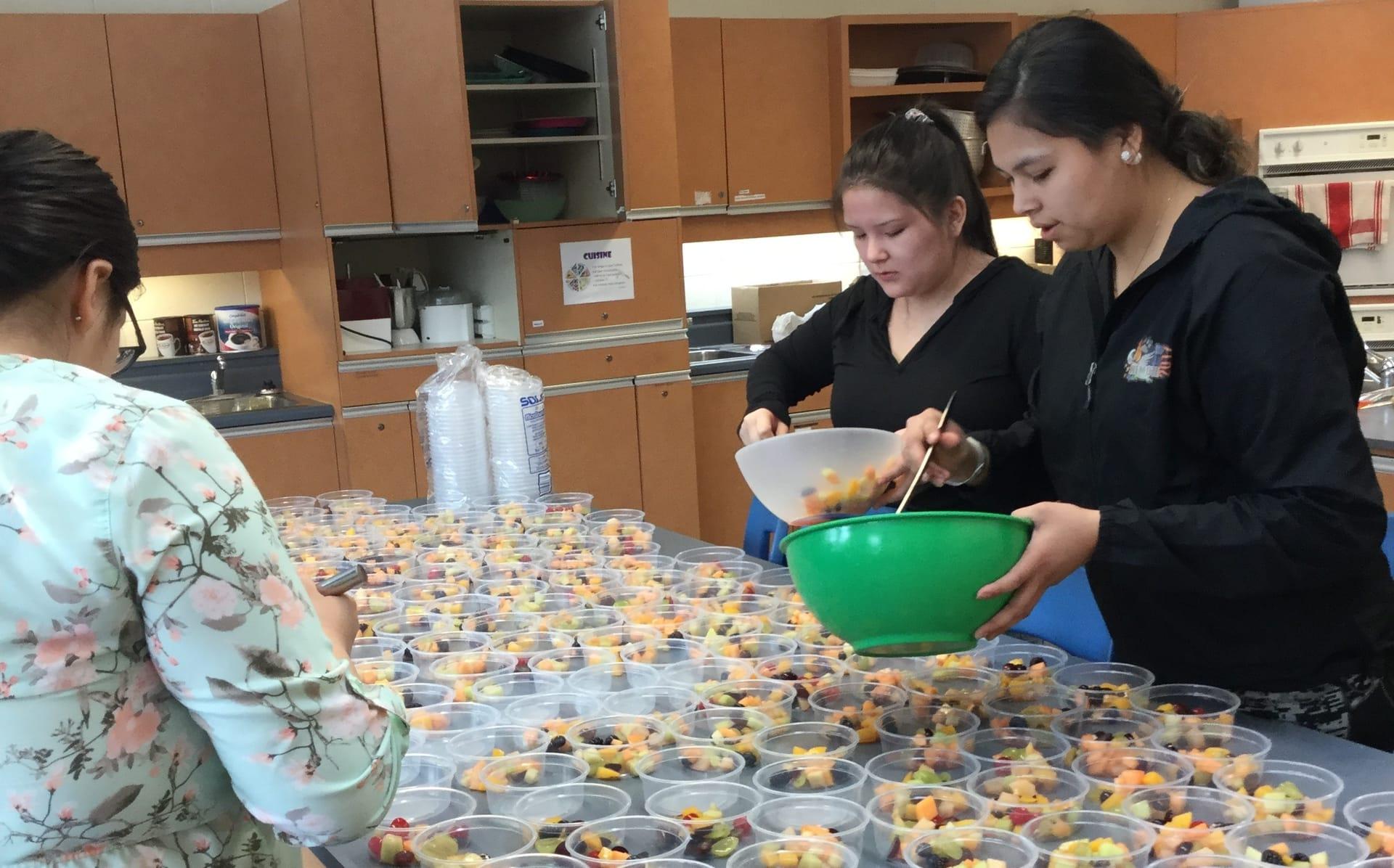 De la salade de fruits pour 250 élèves de l'école Seskitin à Wemotaci!